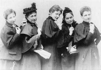 Bildungsfahrt nach Wiesbaden: Mutigen Frauen auf der Spur @ Longuich -> Wiesbaden
